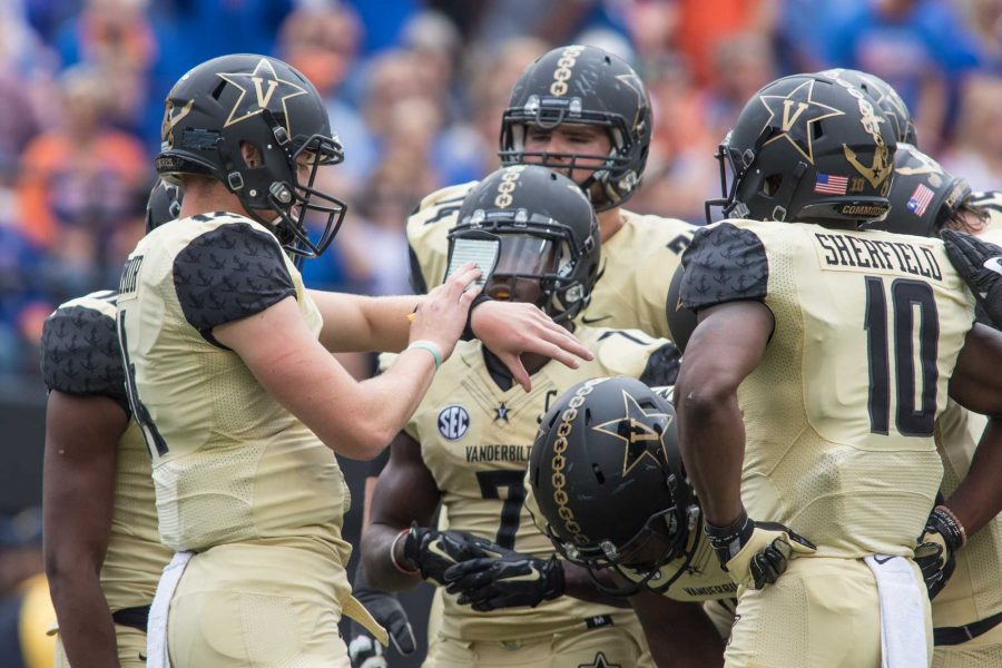 Huddle+as+the+Florida+Gators+defeated+Vanderbilt+13-6+October+1%2C+2016+at+Vanderbilt+Stadium.