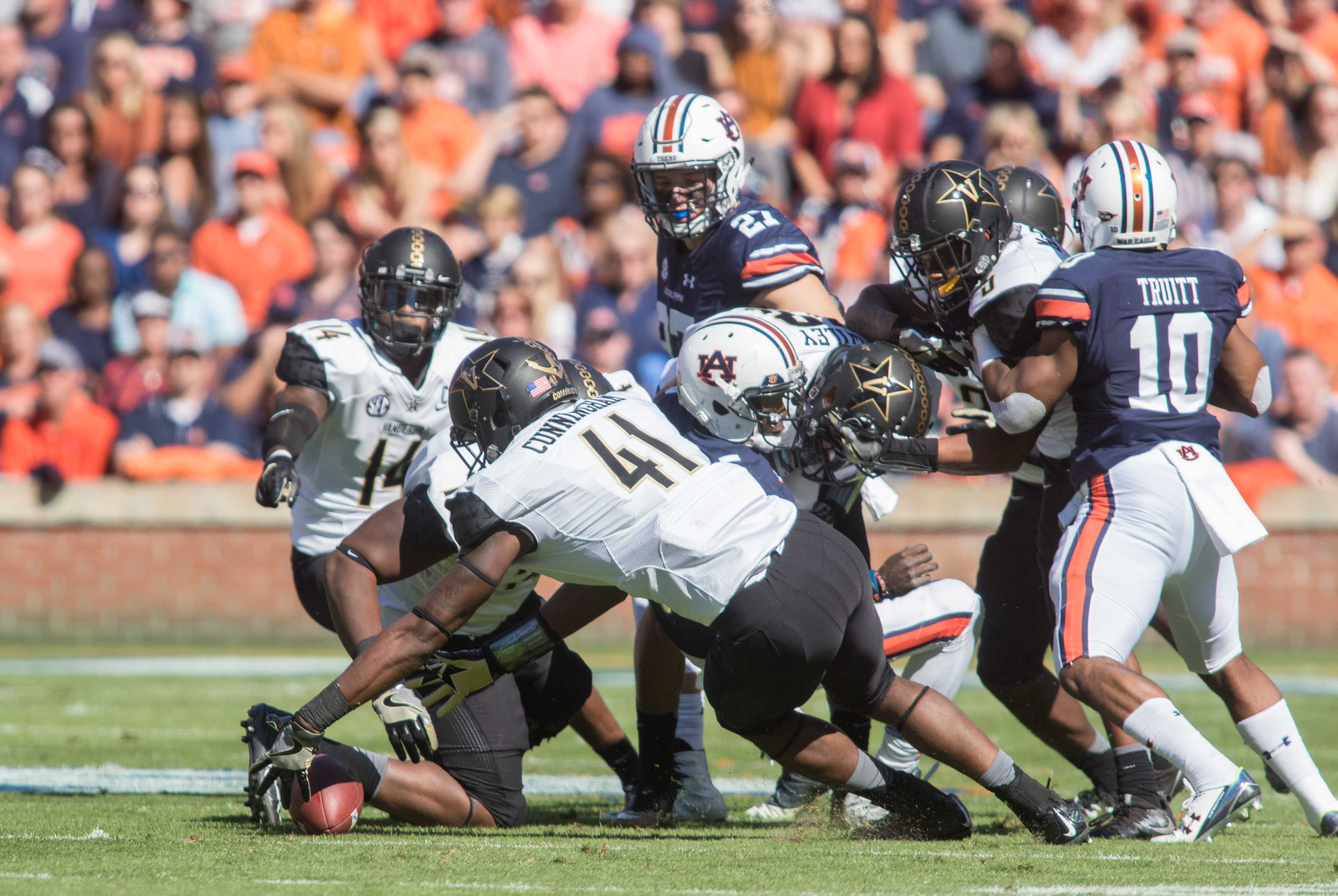 Zach Cunningham (41) recovers a fumble as Vanderbilt faced the Auburn Tigers at Jordan Hare Stadium Auburn, Al November 4, 2016. (Ziyi Liu/ The Vanderbilt Hustler)