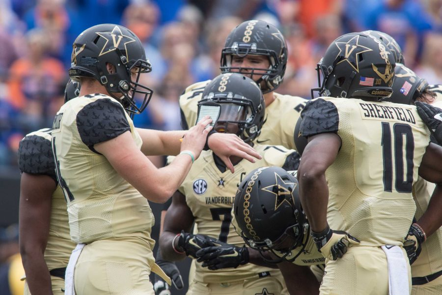 Huddle+as+the+Florida+Gators+defeated+Vanderbilt+13-6+October+1%2C+2016+at+Vanderbilt+Stadium.+Photo+by+Ziyi+Liu.+