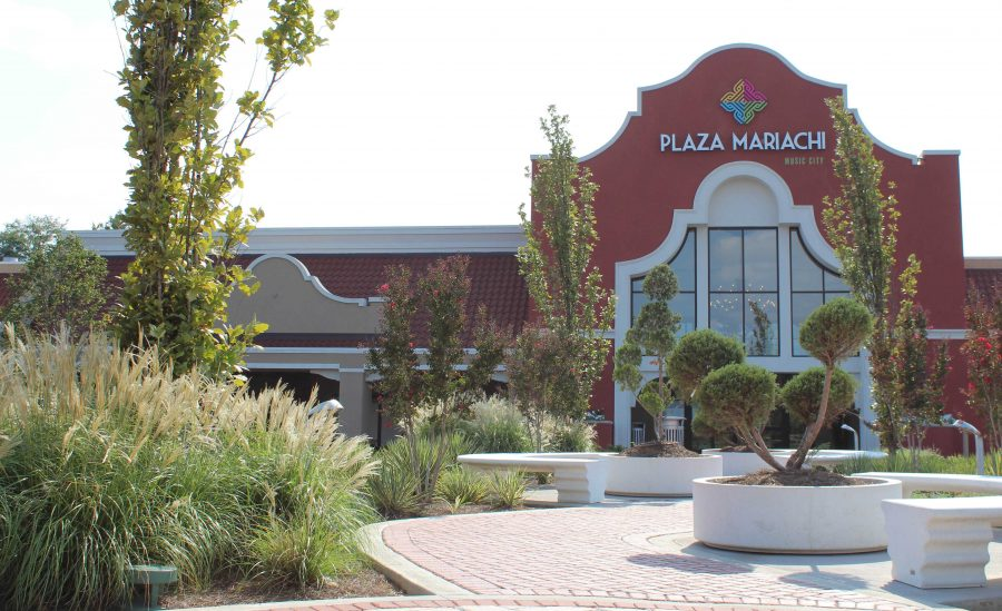 Plaza+Mariachi%3A+cultural+yet+commercial