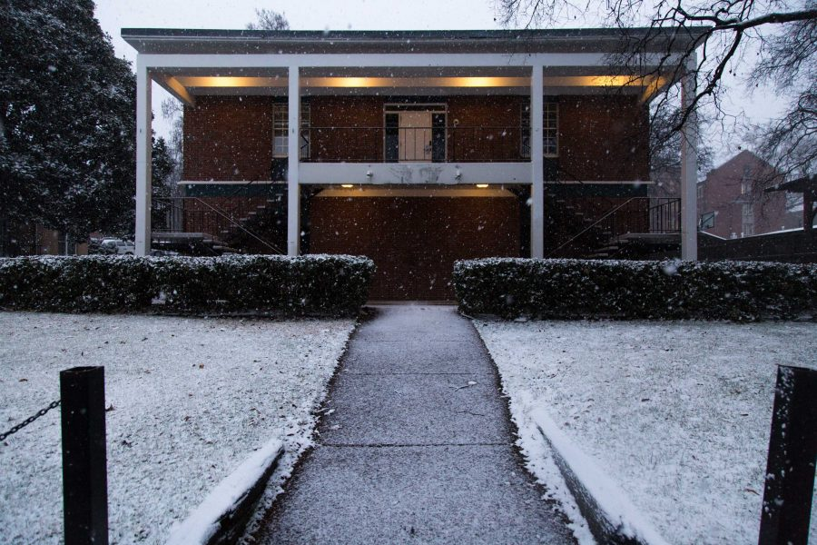 Snow and ice cover Vanderbilt's campus on Friday, Jan. 12, 2018, one day after 65-degree weather. Classes were canceled, creating a four-day weekend for students. (Hustler Multimedia/Claire Barnett)