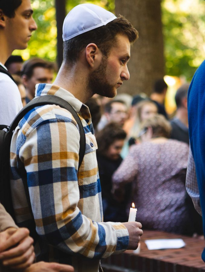 Student mourns at memorial vigil for victims of Pittsburgh synagogue shooting. Photo by Hunter Long // The Vanderbilt Hustler