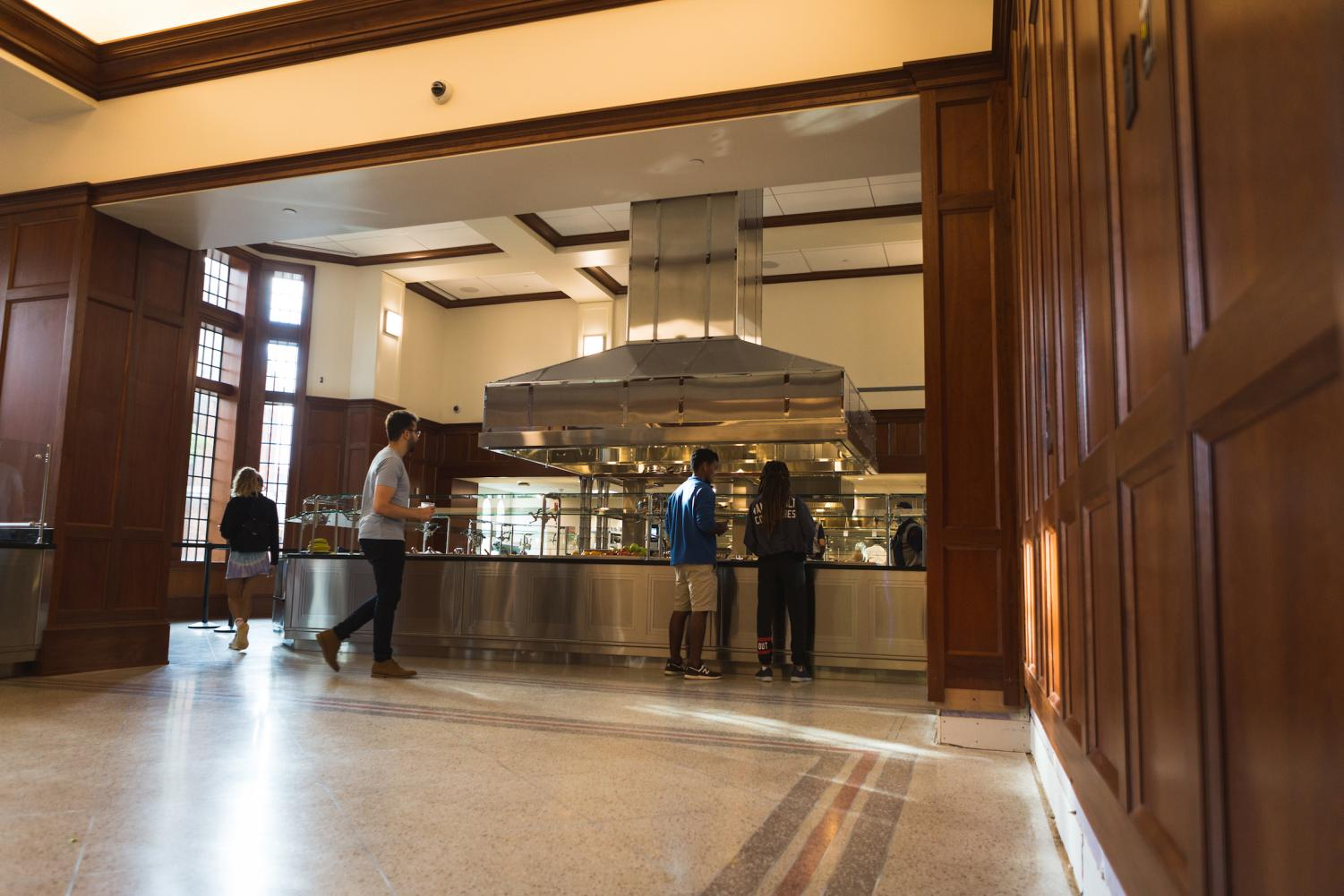 Students grab food in the E. Bronson Ingram dining hall. (Photo by Hunter Long)