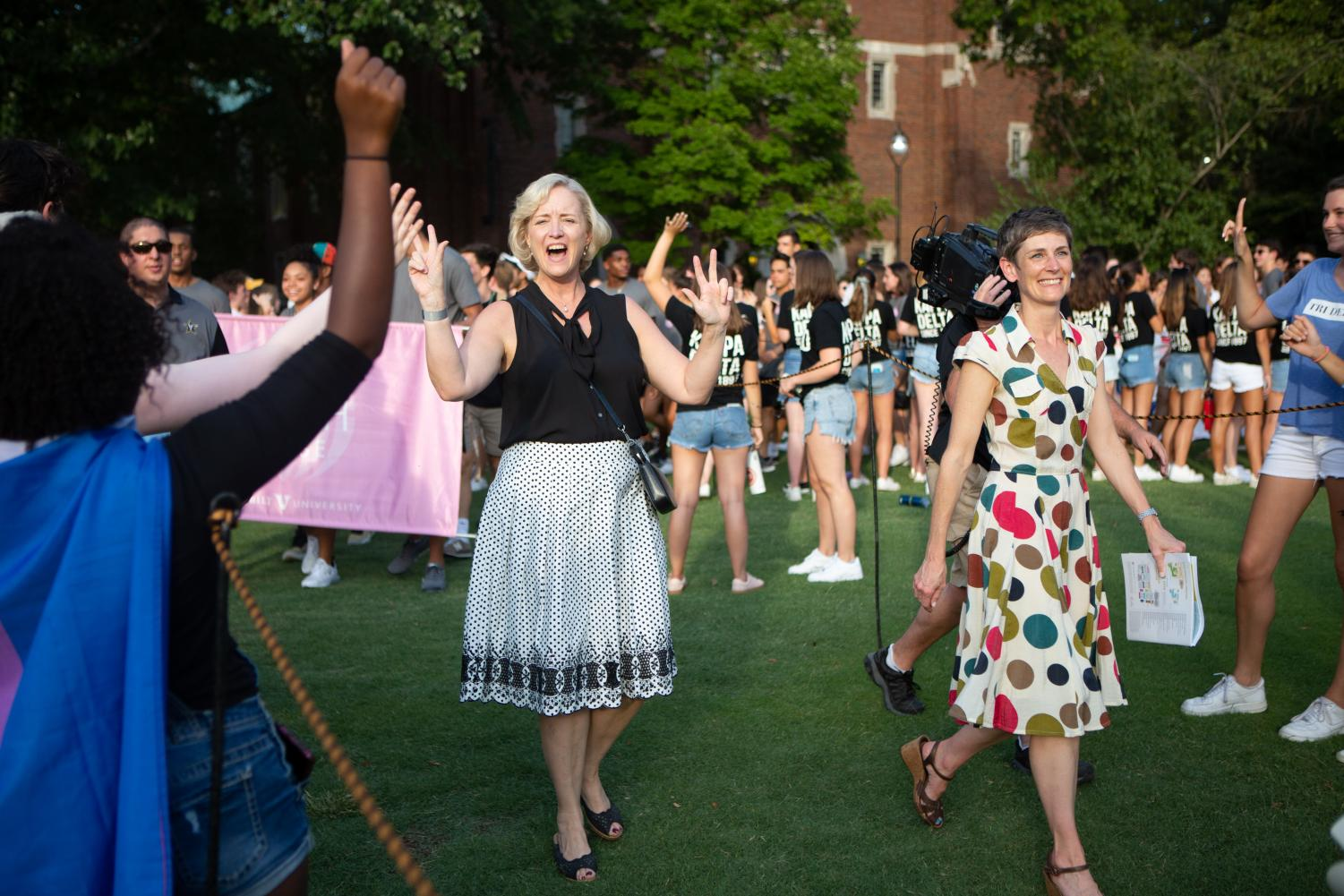 Interim+Chancellor+and+Provost+Susan+Wente+walks+with+new+students+during+Founders+Walk+on+Sunday.+%28Photo+by+Hunter+Long%29