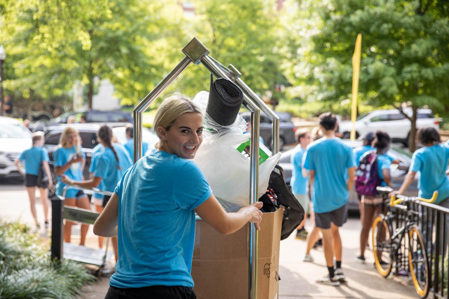 Student+volunteers+help+the+Vanderbilt+Class+of+2023+move+into+their+new+home+on+the+Ingram+Commons+on+Saturday%2C+August+17%2C+2019.+%28Photo+by+Emily+Gon%C3%A7alves%29