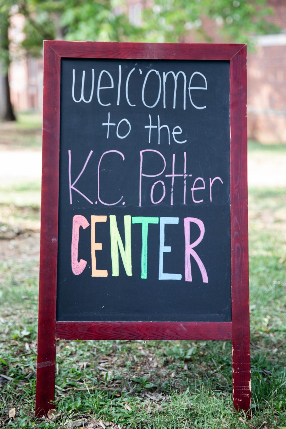 Students+enter+the+KC+Potter+Center+to+learn+about+its+resources+at+the+2019+Diverse+%27Dores+Day+%28Photo+by+Emily+Gon%C3%A7alves%29