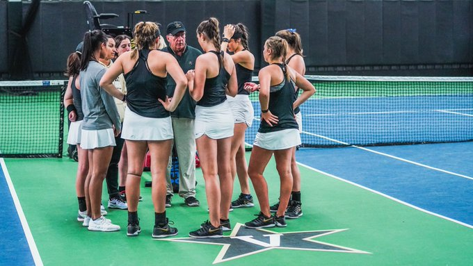 Head+Coach+Geoff+Macdonald+talks+to+his+team+ahead+of+their+matchup+with+the+Miami+Hurricanes+on+Saturday.+Photo+courtesy+Vanderbilt+Athletics.