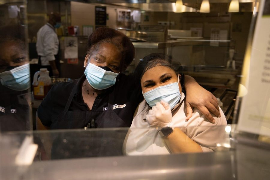 Dining workers at Commons. (Hustler Multimedia/Hunter Long)