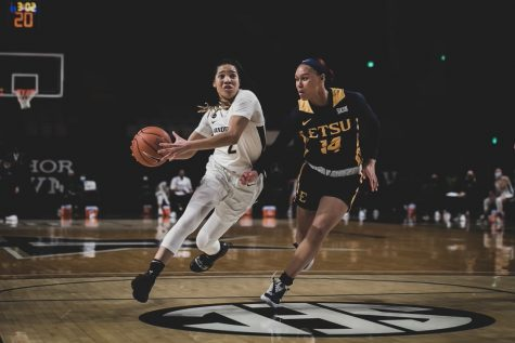 Chelsie Hall drives for a basket against ETSU on Dec. 8, 2020. (Truman McDaniel/Hustler Multimedia).