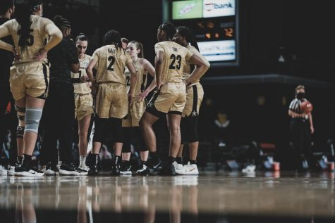 Vanderbilt women's basketball huddles during a timeout against Alabama on Jan. 10, 2021. (Hustler Multimedia/Truman McDaniel)