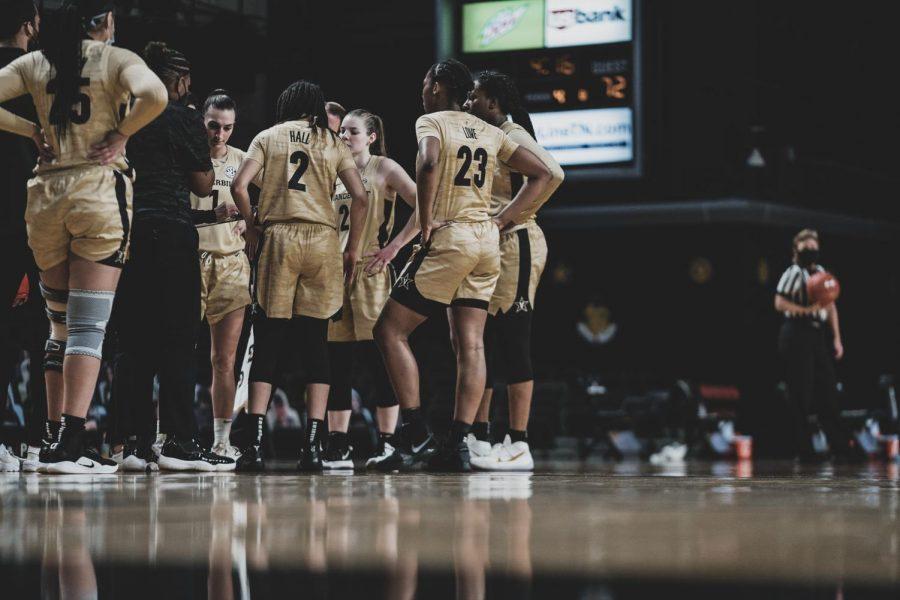 Vanderbilt women's basketball huddles during a timeout against Alabama on Jan. 10, 2021. (Hustler Multimedia/Truman McDaniel)
