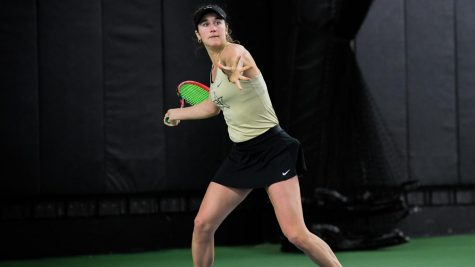 Emma Kurtz competing against LSU. (Twitter/@VandyWTennis)