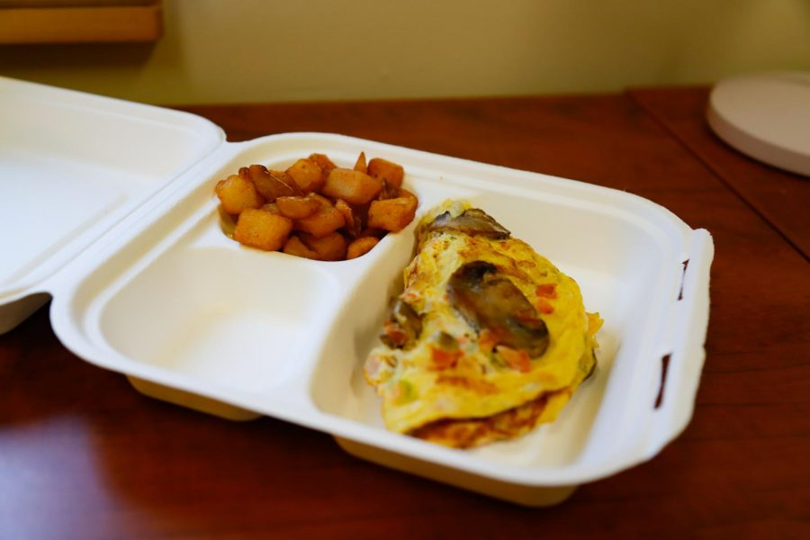 Commons omelet with breakfast potatoes in a to-go container, photographed March 16, 2021.(Hustler Multimedia/Elle Choi)