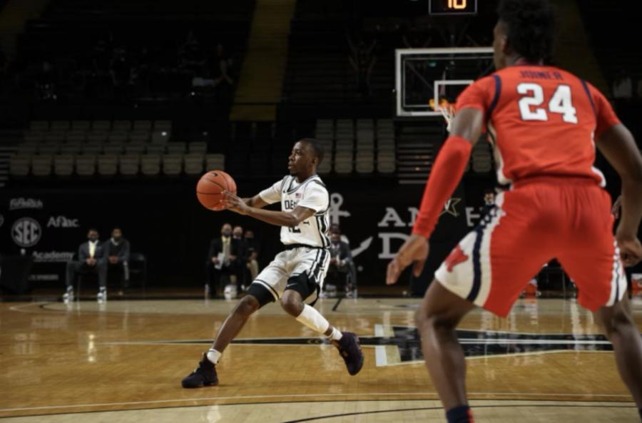 Trey Thomas passes the ball in Vanderbilt's 75-70 win over Ole Miss. (Hustler Multimedia/Hunter Long)