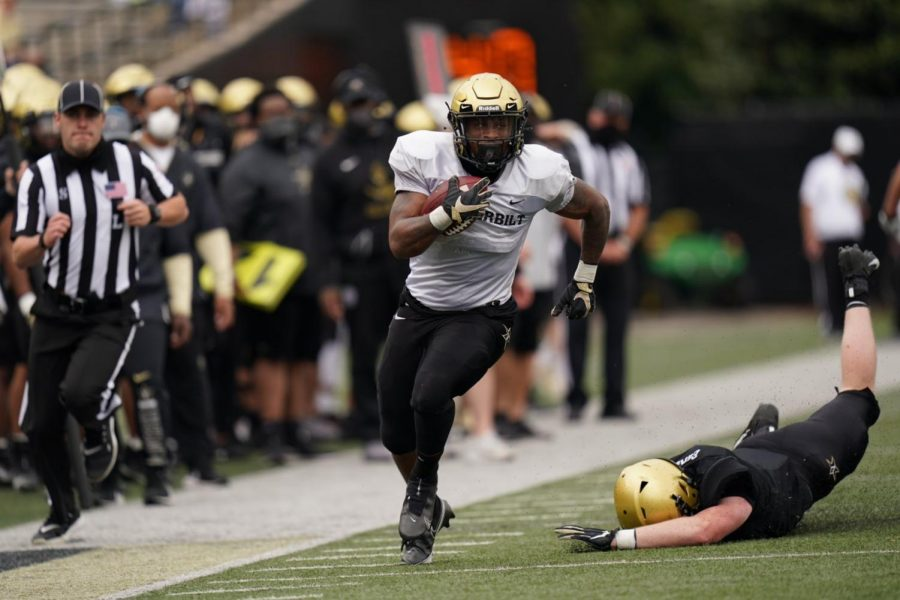 Running back Re'Mahn Davis breaks a tackle in the Black and Gold Game on April 17, 2021. (Twitter/@VandyFootball)